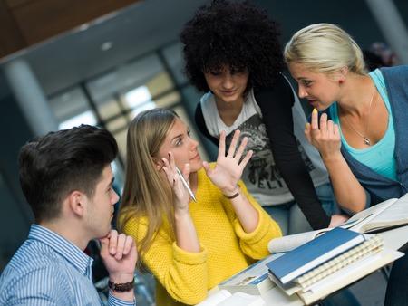 tevreden studenten groep studie in de klas