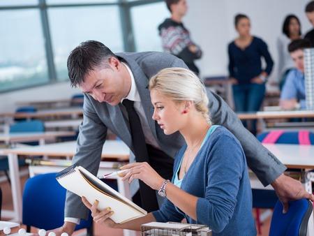 groep studenten met leraar in de computer lab classrom learrning lessen, krijgen hulp en ondersteuning