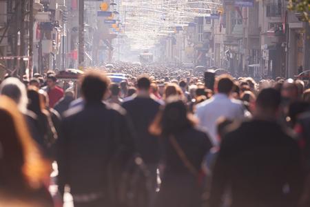 사람들: 사람들은 낮에 바쁜 거리에 산책하는 군중