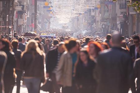 昼間のにぎやかな通りを歩いて人々 の群衆 写真素材