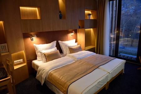현대적인 편안한 호텔 객실의 내부