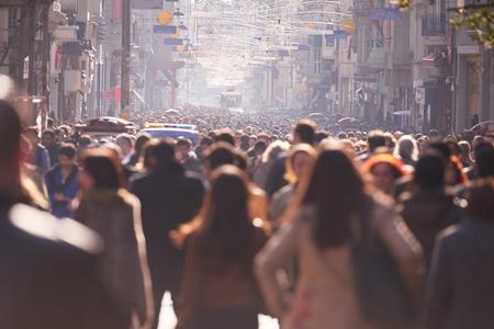 muchas personas: Multitud caminando en una calle concurrida en horario diurno