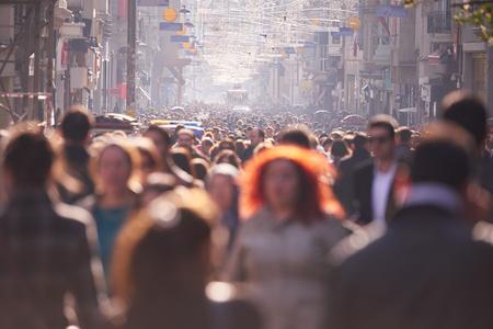 multitud: Multitud caminando en una calle concurrida en horario diurno