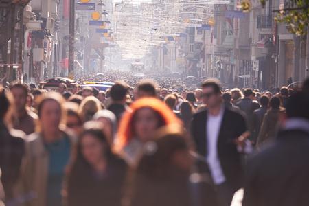 menschenmenge: Menschenmenge zu Fuß auf belebten Straße tagsüber Lizenzfreie Bilder