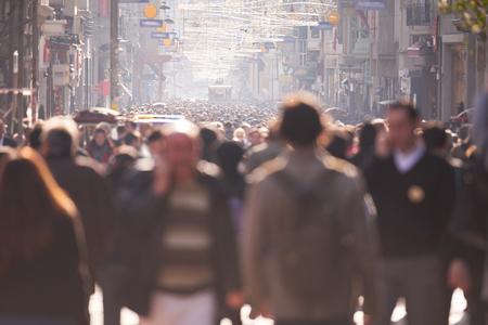 人々: 昼間のにぎやかな通りを歩いて人々 の群衆 写真素材