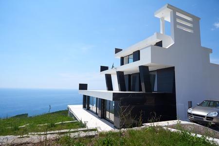 Vista exterior de una casa moderna villa contemporánea al atardecer