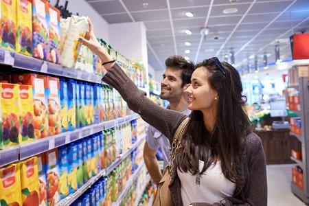 Giovane coppia di shopping in un supermercato Archivio Fotografico - 42290158