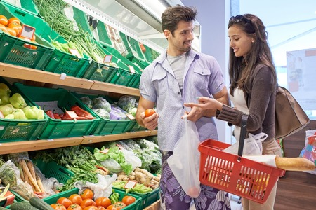 슈퍼마켓에서 젊은 부부 쇼핑