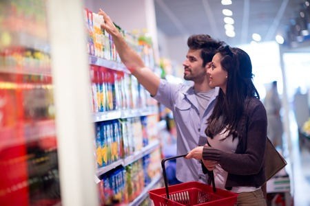 Jong paar winkelen in een supermarkt