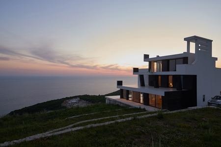 夕暮れ時の現代的な家のモダンなヴィラの外観 写真素材