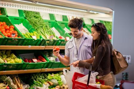 chicas compras: Pareja joven de compras en un supermercado