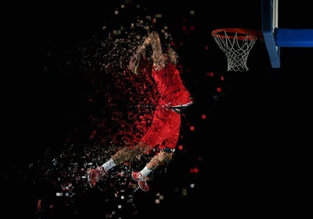 canestro basket: giocatore di sport partita di basket in azione isolato su sfondo nero