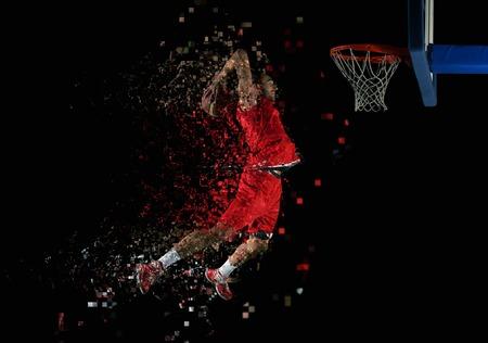 acion: Jugador del deporte del juego de baloncesto en la acción aislada en el fondo negro