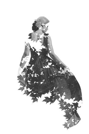 exposición: doble exposición de la mujer en la moda de vestir con ramas de árboles fondo de la naturaleza