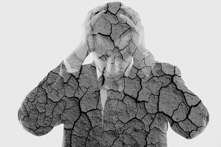 depresión: doble exposición de hombre de negocios deprimido y Fondo de tierra seca