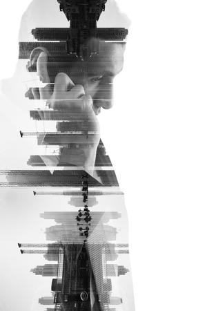 exposicion: doble exposición del hombre de negocios con teléfono y edificios de la ciudad móvil de fondo. idea de diseño abstracto