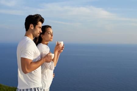 pareja en casa: feliz pareja romántica joven divertirse relajarse sonrisa en el hogar moderno al aire libre balcón Terace Foto de archivo