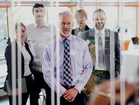 exposicion: Diseño de la exposición doble. Hombre de negocios mayor con su equipo en la oficina. grupo de gente de negocios Foto de archivo