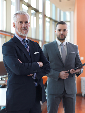 ejecutivo en oficina: socios de negocios, concepto de asociación con dos hombres de negocios apretón de manos Foto de archivo