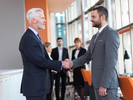 negociacion: socios de negocios, concepto de asociaci�n con dos hombres de negocios apret�n de manos Foto de archivo