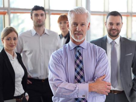mujeres mayores: hombre de negocios superior con su equipo en la oficina. grupo de gente de negocios Foto de archivo