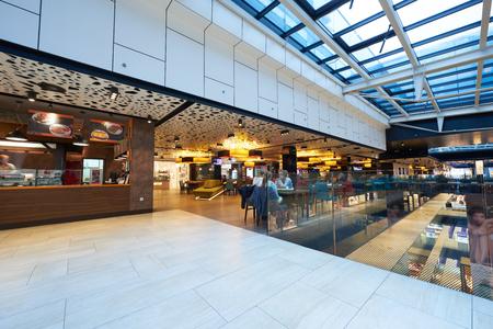 Luminoso y moderno centro comercial arquitectura de interiores Foto de archivo - 43058566