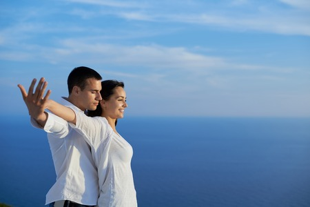 romantique: heureux jeune couple romantique avoir du plaisir relax sourire à la maison moderne extérieure balcon terrasse Banque d'images