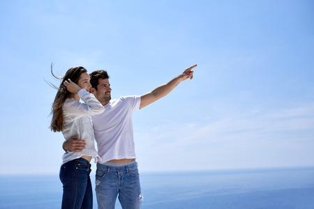 feliz pareja romántica joven divertirse relajarse sonrisa en el hogar moderno al aire libre balcón Terace Foto de archivo