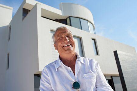 Senior Mann vor Luxus modernen Haus Villa