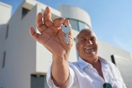 llaves: hombre mayor delante de lujo moderno chalet casa
