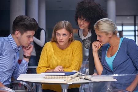 jovenes estudiantes: estudiantes felices grupo de estudio en el aula