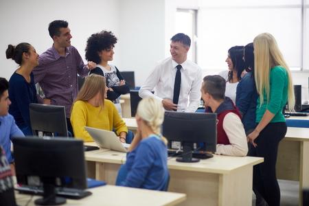 laboratorio: grupo de alumnos con el maestro en classrom laboratorio de computación learrning lecciones, obtener ayuda y apoyo