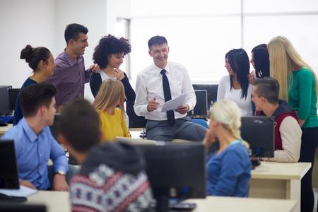 수업을 learrning 컴퓨터 실 classrom에서 교사와 학생의 그룹, 도움말 및 지원을받을 수