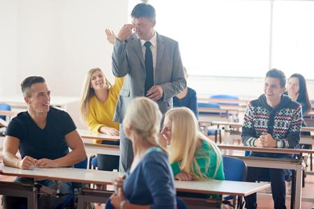 clases: grupo de estudiantes con el profesor en clases de la clase de aprendizaje Foto de archivo