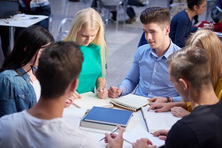 salon de clases: estudiantes felices grupo de estudio en el aula