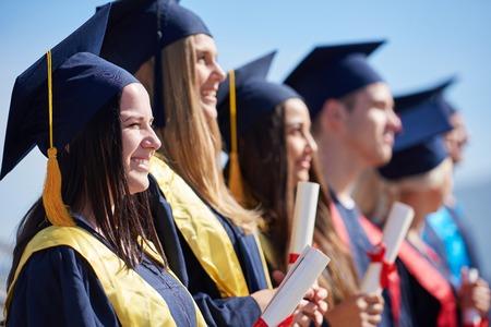 若い卒業生学生グループ大学の卒業式の日に建物の前に立って 写真素材 - 44058864