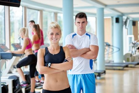 personas saludables: retrato de grupo de jóvenes sanos y en forma en el gimnasio de fitness