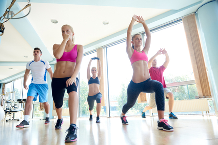 zumba: grupo de gente joven que trabaja en un gimnasio de fitness Foto de archivo