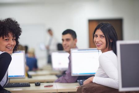 salle de classe: groupe d'étudiants de la technologie dans un laboratoire informatique en classe