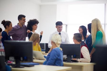 niño escuela: grupo de alumnos con el maestro en classrom laboratorio de computación learrning lecciones, obtener ayuda y apoyo