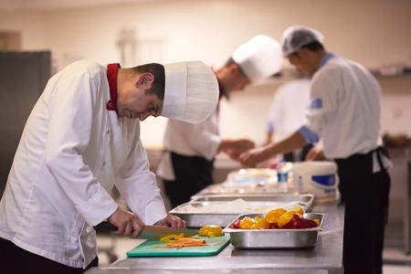 Chefe no hotel, fatia de cozinha com vegetais e faca e prepare comida Foto de archivo - 44397412