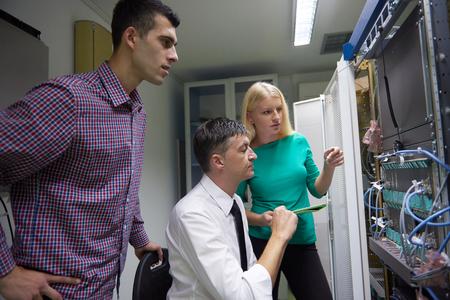 tecnologias de la informacion: grupo de personas de negocios, engeneers red de trabajo en la sala de servidor de red en el ordenador tableta Foto de archivo