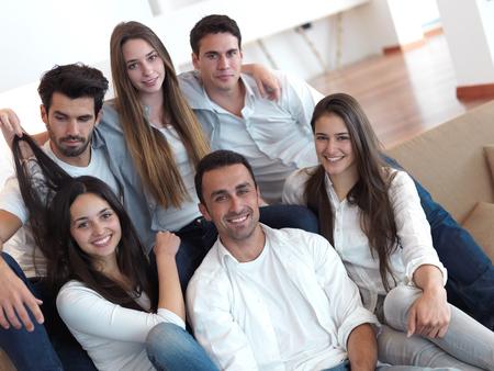groupe d'amis qui prennent selfie photo avec la tablette à l'intérieur de la maison moderne Banque d'images
