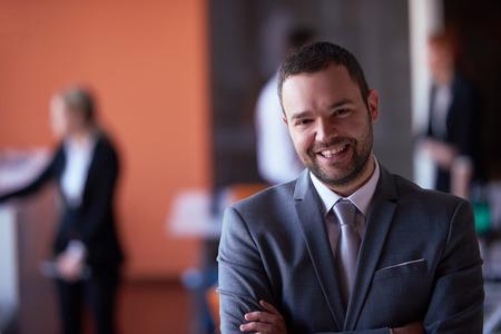ビジネス: モダンな会議所に屋内で幸せな若いビジネス人肖像画