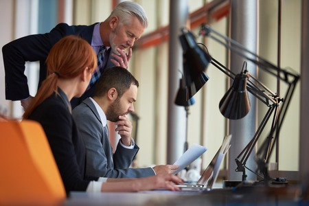 üzlet: üzletemberek csoport fiatal felnőttek és az idősebb a találkozó modern, világos, hivatal belső. Stock fotó