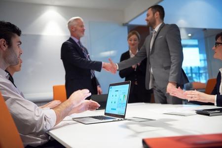 apreton de mano: socios de negocios, concepto de asociación con dos hombres de negocios apretón de manos Foto de archivo