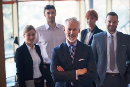 Senior Geschäftsmann mit seinem Team im Büro. Geschäftsleute Gruppe Standard-Bild - 45215756