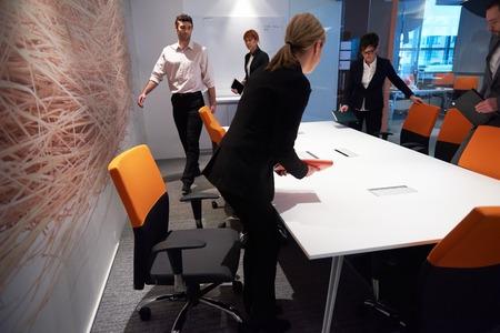 zakenmensen groeperen met jonge volwassenen en senioren op vergadering in modern bright office interieur. Stockfoto