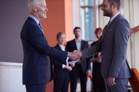 ビジネス パートナーは、2 つのビジネスマン握手とパートナーシップの概念 写真素材