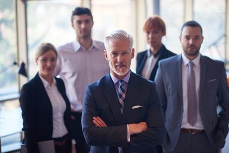 Hombre de negocios superior con su equipo en la oficina. grupo de gente de negocios Foto de archivo - 45310366